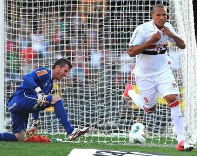 Luis Fabiano comemora seu primeiro gol contra o Flamengo (Foto: Marcos Ribolli / GLOBOESPORTE.COM)