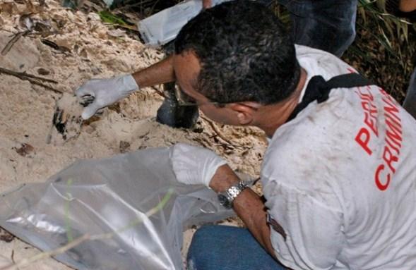 Arma foi encontrada por peritos em duna da Avenida Litorânea (Foto: Biné Morais/O Estado)