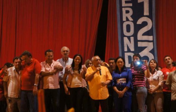 Após usar as dependências da escola, Gastão participa do comício do aliado Mansueto.