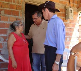 Eduardo Castelo Branco conversa com moradores de Anajatuba.