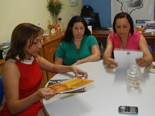 Eliziane Gama reunida com equipe Bemfam.