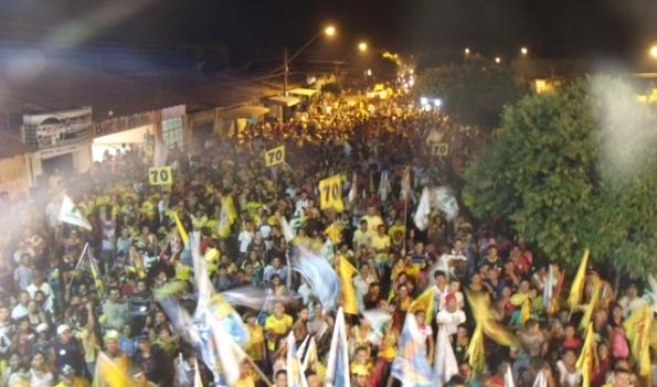 Milhares de pessoas acompanham comício de Carlto em Barra do Corda.