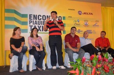 Diana Pontes (blusa preta a esquerda) e o senador licenciado Wellington Dias discursando.