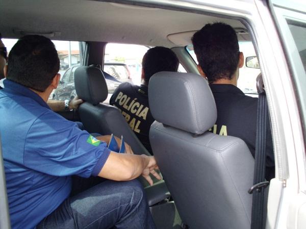 Polícias no veículo utilizado durante a Operação.