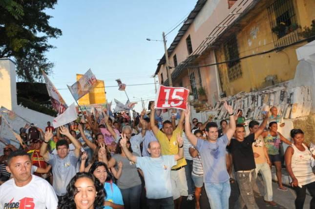 Gil Cutrim acompanhado de centenas de eleitores durante caminhada.
