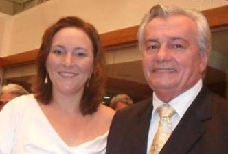 Arnaldo Melo abraçado com a filha.