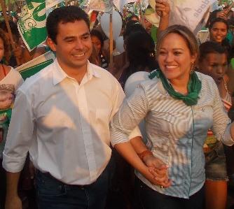 Eric Costa ao lado da esposa Bruna.