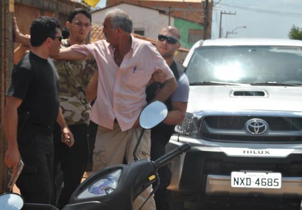 O delegado Pedro Meireles conduzindo o prefeito.