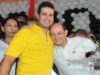 Gil Cutrim abraçado com Eudes Sampaio.