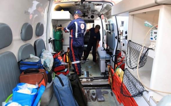 Funcionários adaptam ambulância para que São Luís não fiquem sem UTI móvel (Foto: Diego Chaves/O Estado)