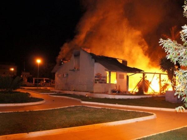 Incêndio atingiu prédio da prefeitura de Buriticupu. Foto: Luiz Silva/Divulgação