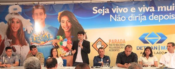 André Campos, com secretários e demais autoridades, na solenidade de lançamento da campanha educativa do Detran.