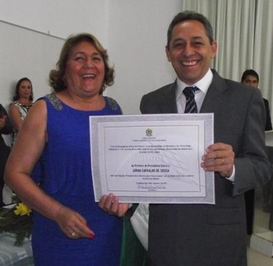 Juran Carvalho exibe diploma de prefeito.