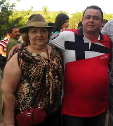Ex-prefeita Bia Venâncio abraçada com Erlânio Xavier, ambos preso pela Polícia Federal.