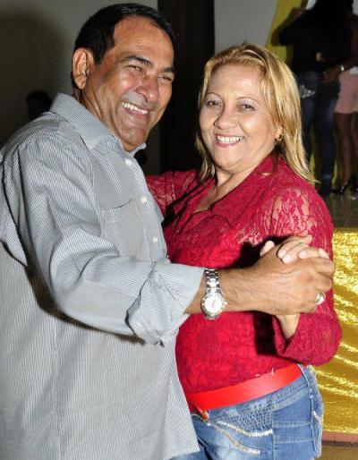 Josemar festeja dançando com sua esposa e secretária de Paçod o Lumiar.
