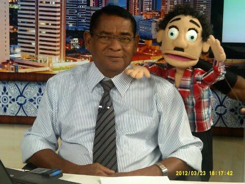 'Debaixo do pé do cajueiro', o radialista e apresentar, Jairzinho da Silva, e seu companheiro, o boneco Migué. Foto: Reprodução/Kamaleao
