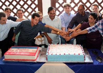 Prefeito Josemar cortando bolo durante festa de aniversário da cidade.