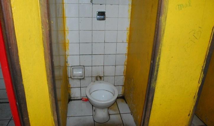 Banheiro do Cintra em situação caótica.