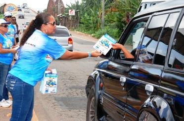 Equipe do Detran distribui material educativos aos condutores na Estiva.