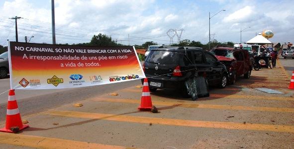Exposição de carros envolvidos em acidente chamou a atenção dos condutores que passavam na Ponta da Espera e na cabeceira da ponte do Estreito dos Mosquitos