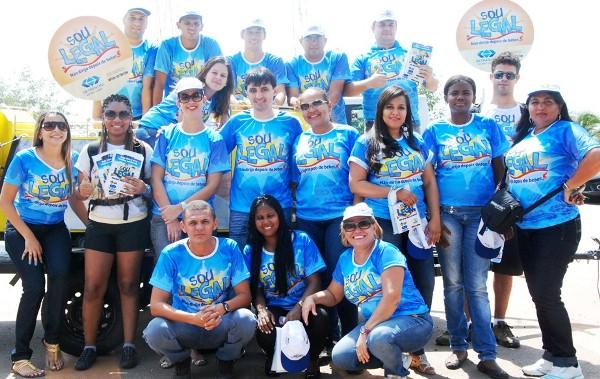 André Campos ao lado da equipe do Detran que trabalha na campanha educativa.