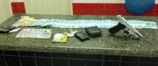 Materias, documentos, dinheiro e arma encontrados em poder do ex-candidato.
