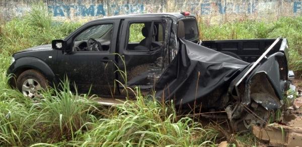 Carro Nissan Frontier ficou destruida.