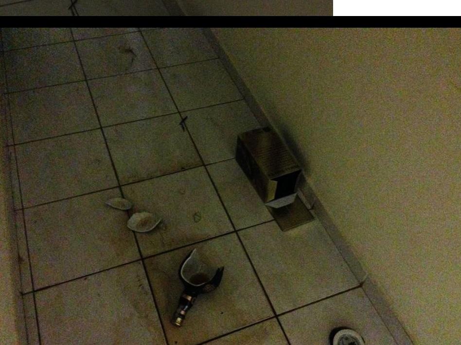 Garrafas de uísque no corredor da residência