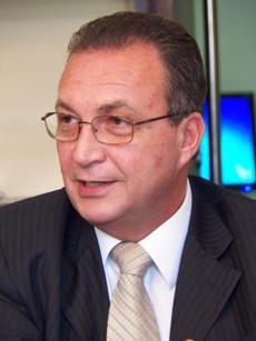 Em viagem com Roseana, Luis Fernando trabalha o nome de Júnior Marreca.
