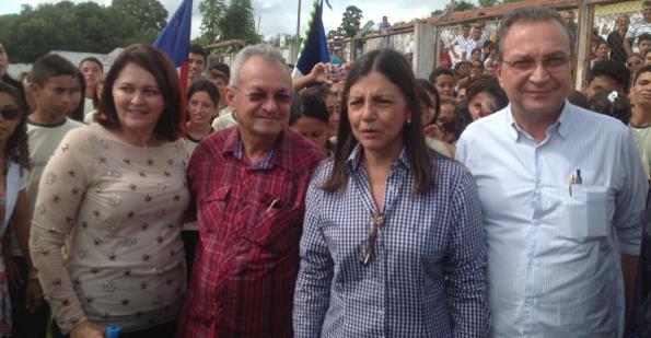 A governadora Roseana Sarney acompanhada do secretário Luiz Fernando, do prefeito de Lago do Junco, Osmar Fonseca e da primeira-dama Edna Santos