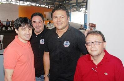 André Campos, o leiloeiro Vicente Paulo e o presidente da comissão de leilão do Detran, Dilson Beckman.