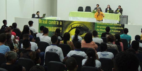 Manifestação foi realizada no salão do júri da comarca