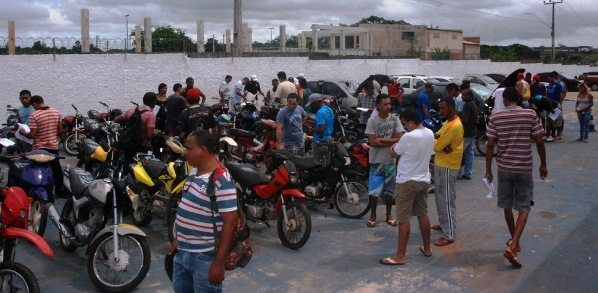 Muita gente aproveitou a manhã de sábado para participar do leilão do Detran.