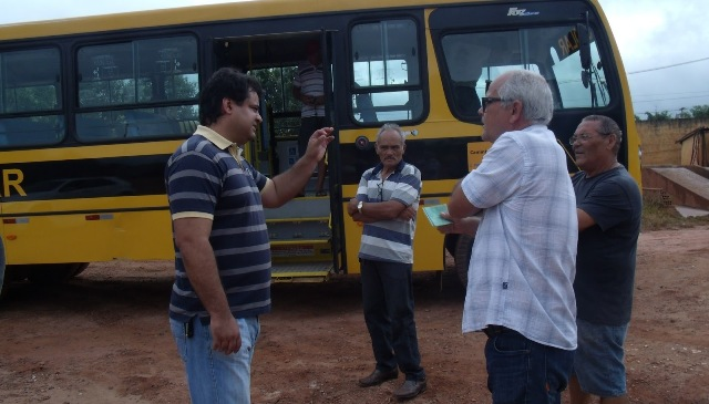 Sérgio Vieira fazendo a entrega do ônibus escolar.