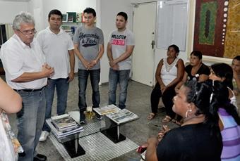 Secretário Pedro Fernandes reunidos com a comissão de pais de alunos da Raposa.