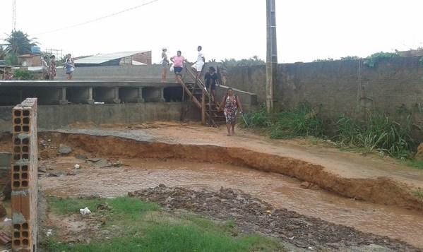 Obras de ponte sobre o Rio Calhau estaria abandonada há dois meses (Foto: Hudson Oliveira/Divulgação)