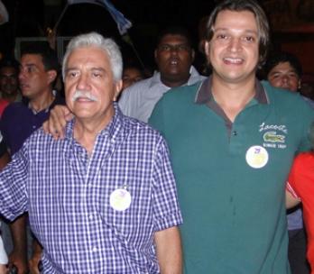 O prefeito José Leandro e o filho dono da loja Jacaré Home Center.