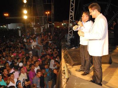Deputado Antônio Pereira e o prefeito Otsuka antes de serem expulsos do palco pelo cantor.