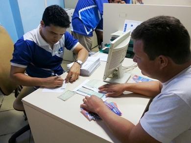 Usuário recebendo Licenciamento 2013 no Viva Cidadão Praia Grande