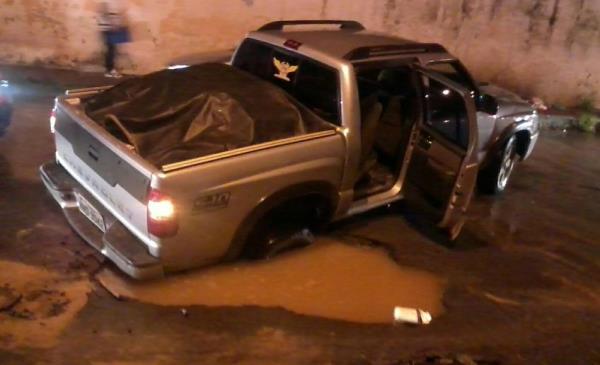 Pneu da S10 ficou preso em buraco.