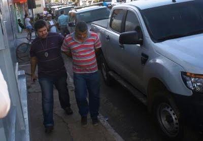 Marido de Clenir sendo acompanhada por um policial