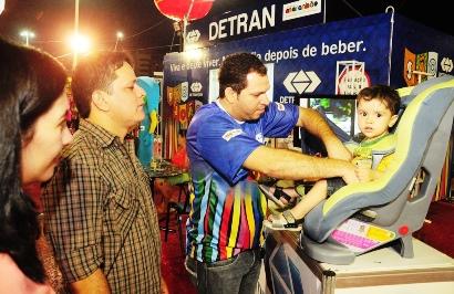 Técnico do Detran demonstra uso correto de cadeirinhas para transporte de crianças em veículos