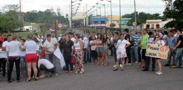 Divulgadores da Telexfree fecharam ponte em protesto (Foto: Rutemberg Crispim/ Arquivo pessoal)