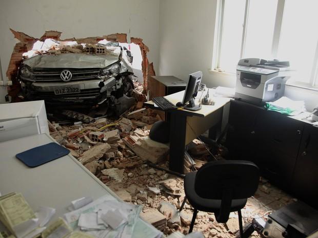 Carro desgovernado invadiu o escritório de um posto de combustível, no bairro do Turu (Foto: Diego Chaves/O Estado)
