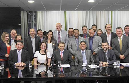 Ministro reunido com prefeitos.