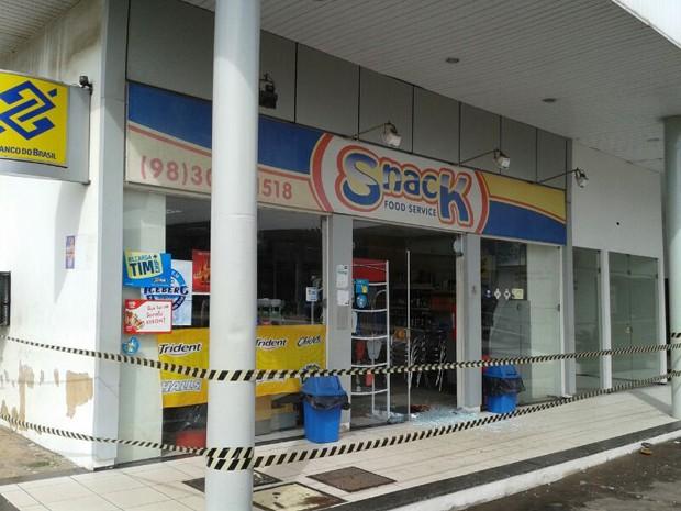 Loja de posto de gasolina foi evacuada e isolada (Foto: Douglas Pinto/TV Mirante)