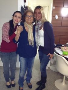 No centro a ex-prefeita Carmina com as filhas Milena(esq.) e Melissa(dir.)