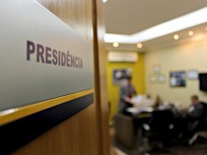 Delegados da Polícia Civil revistam documento no gabinete da presidência da Assembleia Legislativa de RO