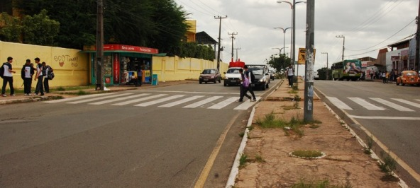 Passagem de estudante em Faixa de pedestre perto de escola no bairro Alemanha, em São Luís