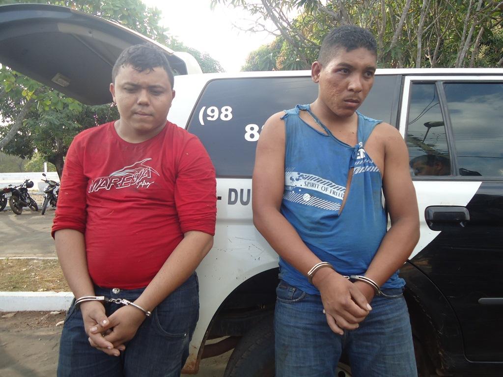 Dupla presa sob a acusação de integrar quadrilha de assaltantes.